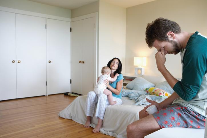 родители и малыш в комнате