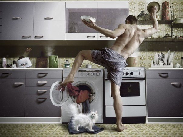 мужчина делает домашние дела