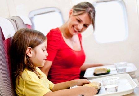 Мама с дочкой в самолете