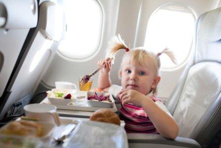 Ребенок кушает в самолете