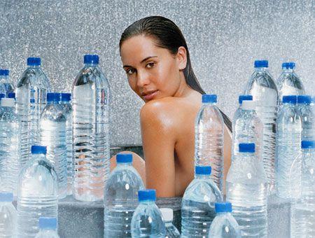 Беременная девушка и вода