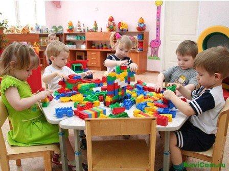 дети играют в детском садике, заболевания детишек и детский сад