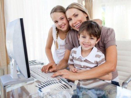 Многодетная мама за компьютером, денежное обеспечение семьи