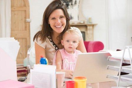 Мама и малыш у ноутбука, профессиональные знания в работе на дому