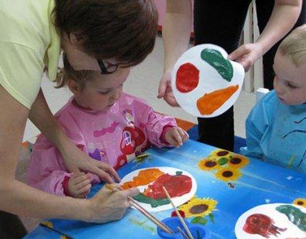 дети занимаются с педагогом, занятия для детишек
