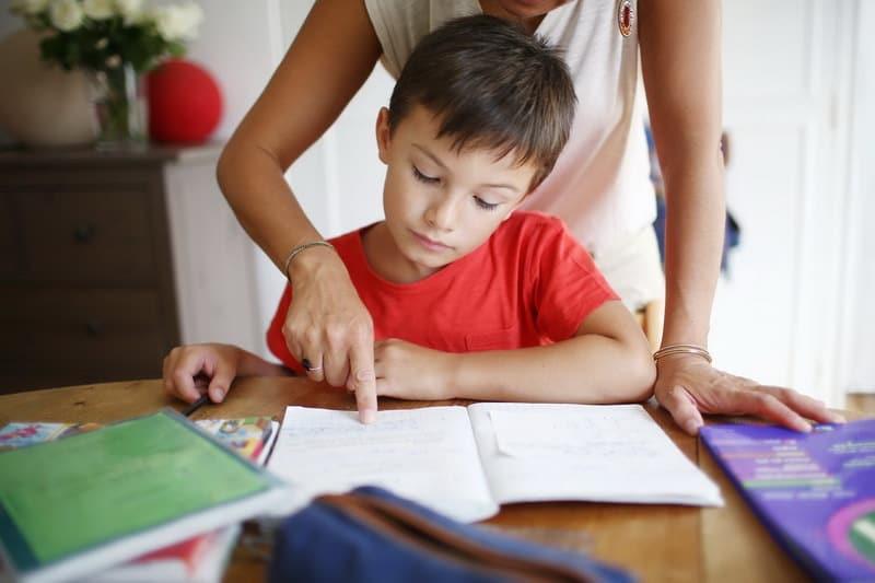 мама проверяет домашнее задание