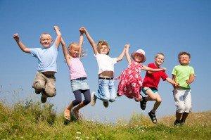 Дети играют в летнем садике, развлечения в детском садике летом