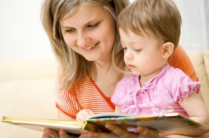 Мама с маленькой дочкой читают книгу, сказки для детей
