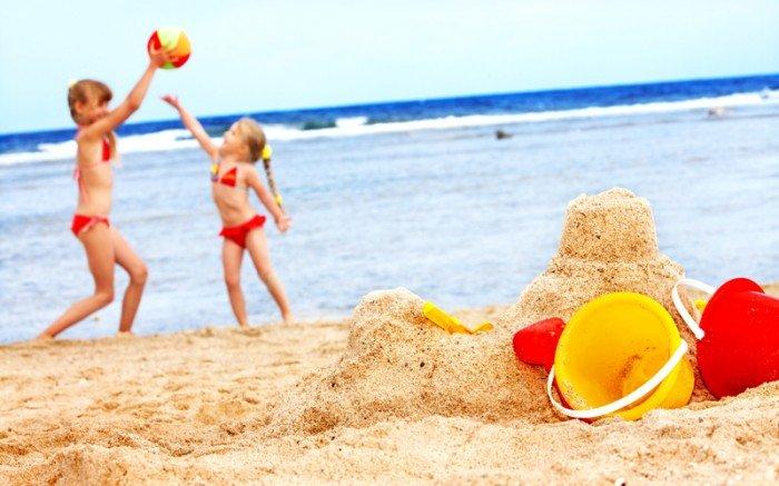 девочки играют на пляже, перечень игр, которыми можно увлечь малыша на морском берегу.