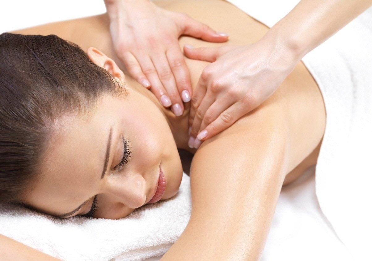 девушке делают массаж, влияние массажа на организм