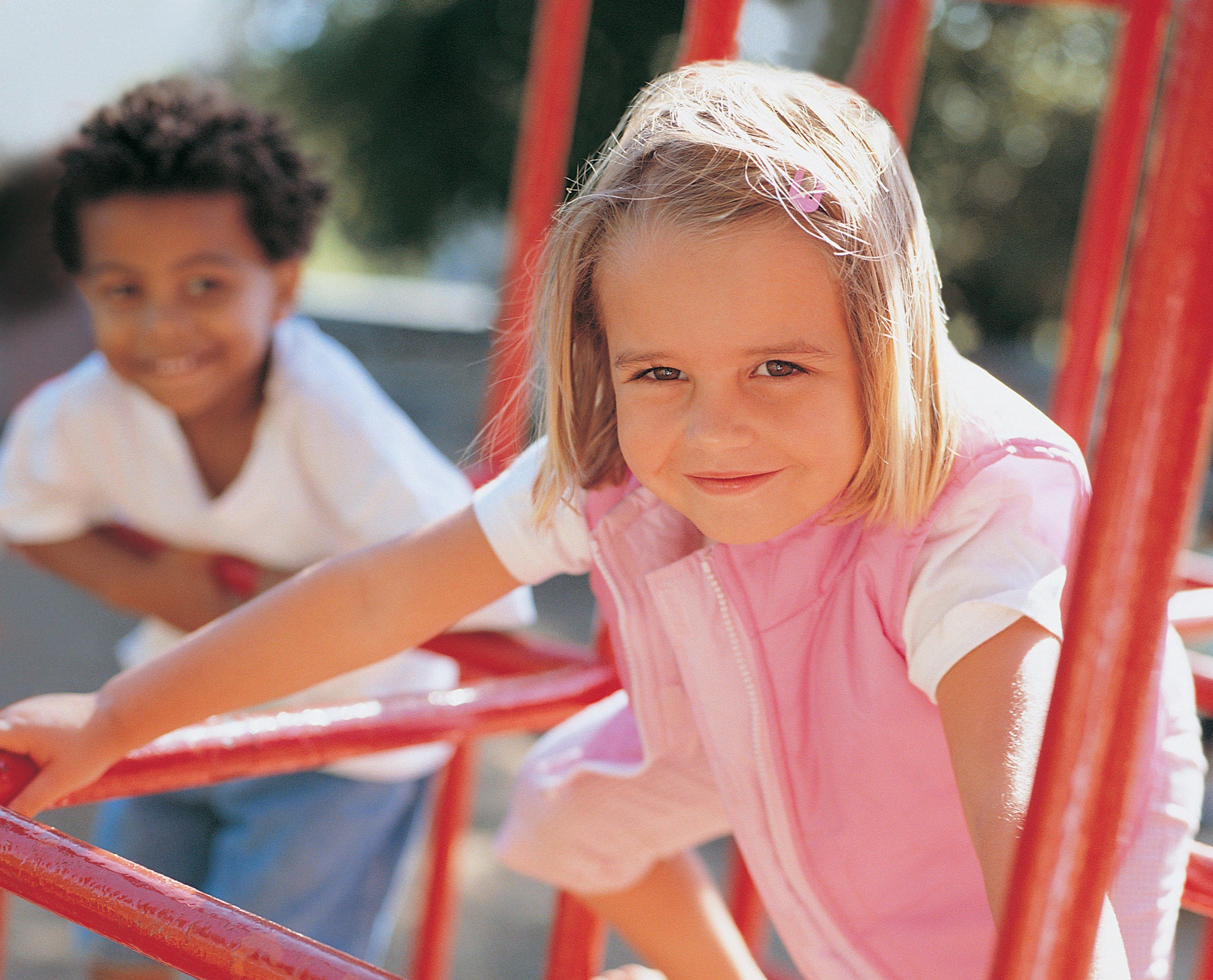 дети гуляют на площадке, игры без правил для ребенка