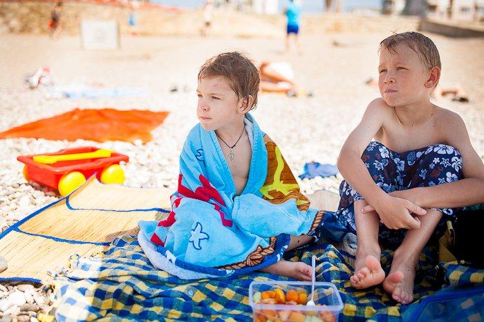 дети кушают на пляже, какие продукты взять на пляж