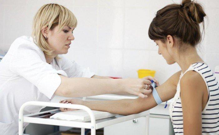 женщина сдает анализы, анализ крови беременной