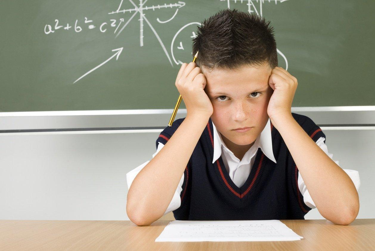 мальчик сконцентрировался на домашнем задании, правила концентрации для ребенка