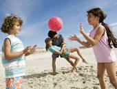 дети играют на пляже, чем занять ребенка на пляже