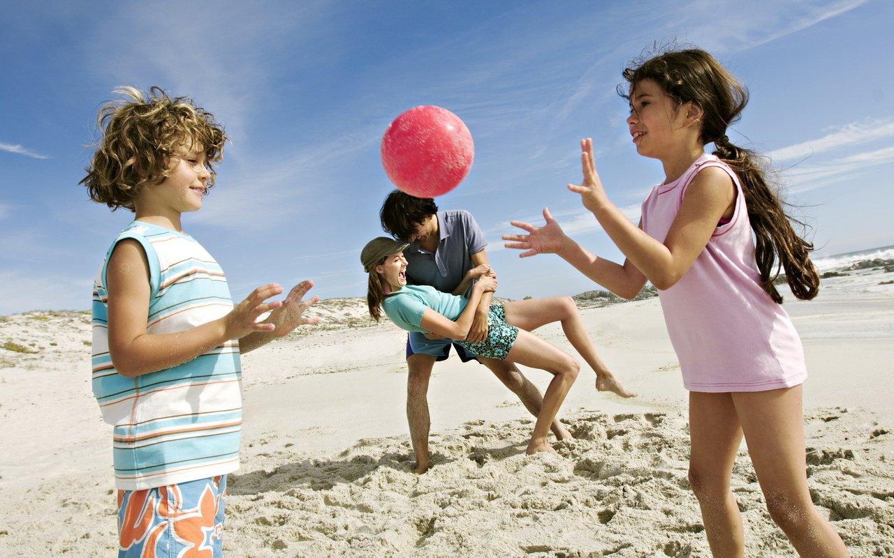 Перечень игр, которыми можно увлечь малыша на морском берегу.