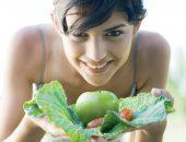 девушка ест сырые овощи, польза сыроедения и противопоказания