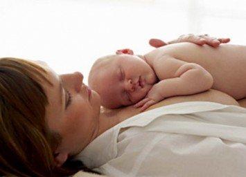 женщина с малышом, выделения после родов