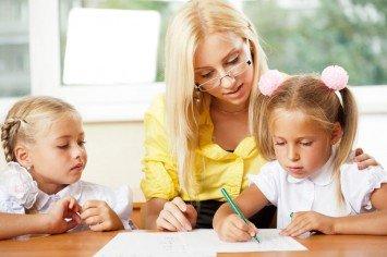 мама учит девочку писать, формирование красивого почерка у ребенка
