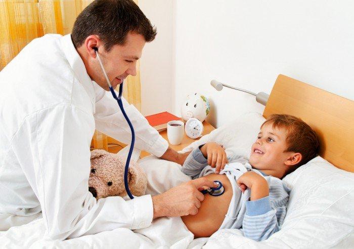 врач осматривает ребенка, заболевание ребенка