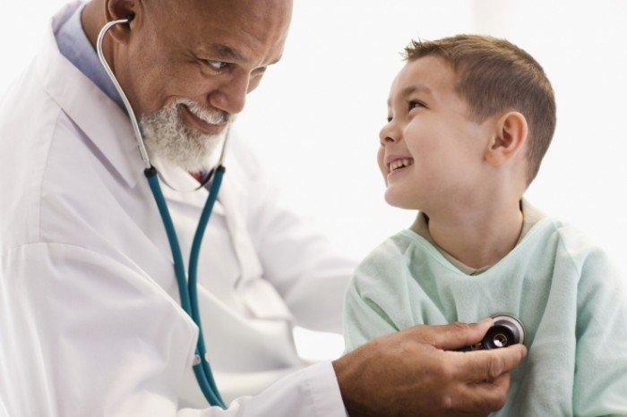 врач осматривает ребенка, заболевания сопровождающиеся потливостью у ребенка