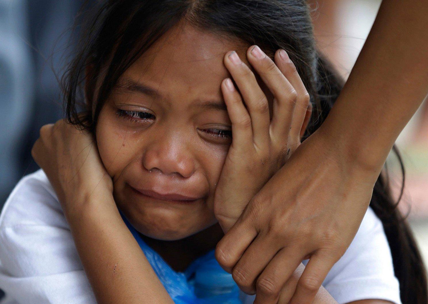 девочка плачет, ребенок узнает о смерти друга