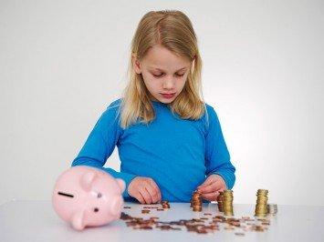 девочка считает деньги, финансовая грамотность детей