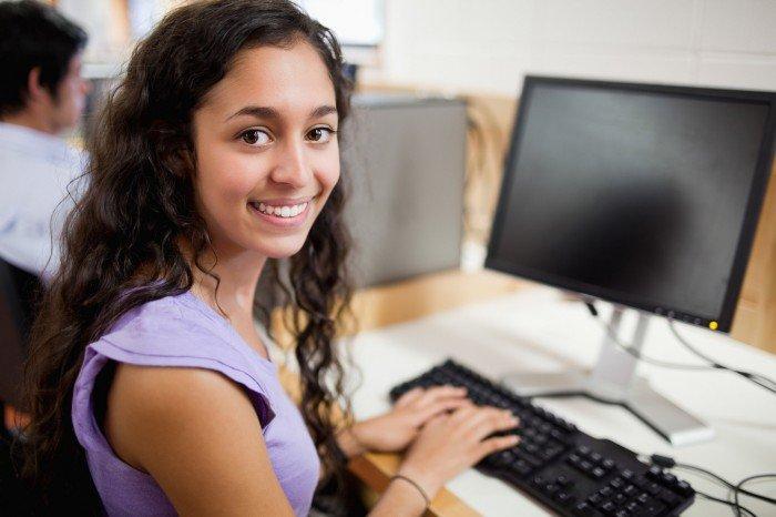 девушка за компьютером, рекомендации по выбору профессии