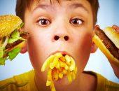 мальчик ест фаст-фуд, влияние фаст-фуда на организм ребенка
