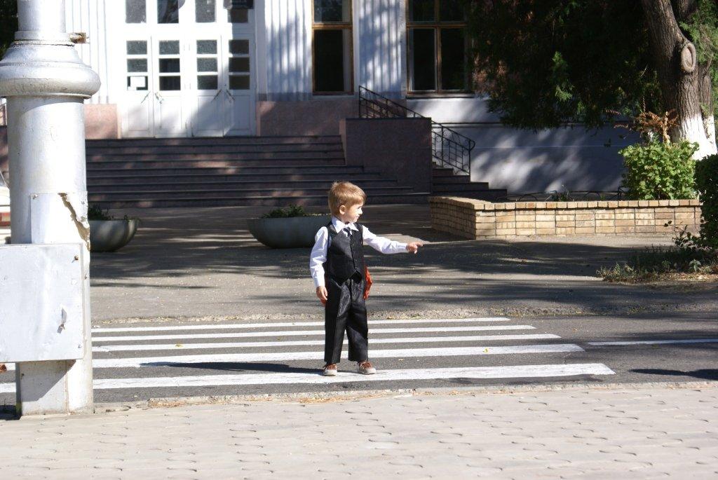 мальчик на дороге, безопасность на дороге