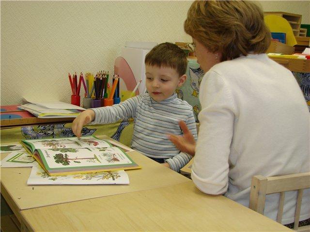 ребенок занимается с преподавателем, преимущества и недостатки двуязычия