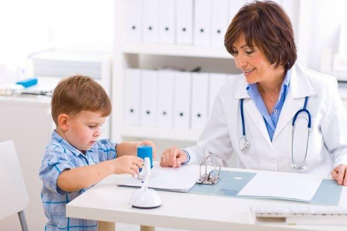ребенок на осмотре у врача, лечение фурункулеза