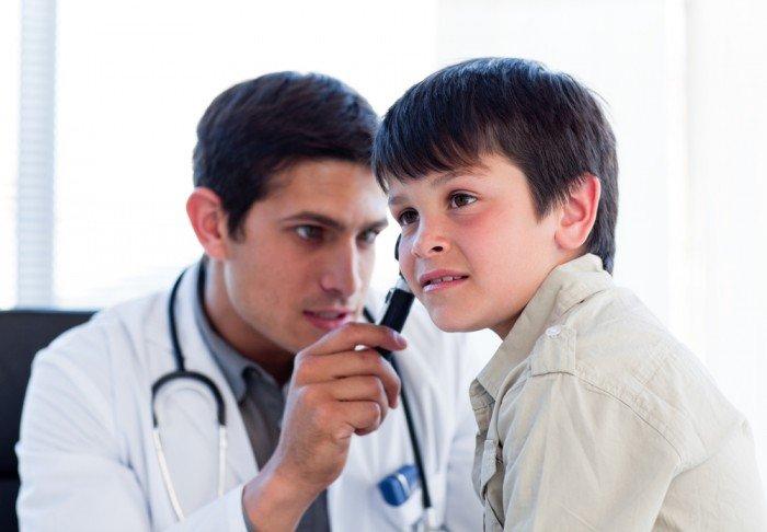 врач проверят слух ребенка, как определить нарушение слуха у малыша
