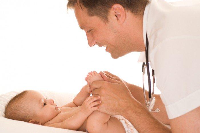 грудничка осматривает врач, правила для родителей