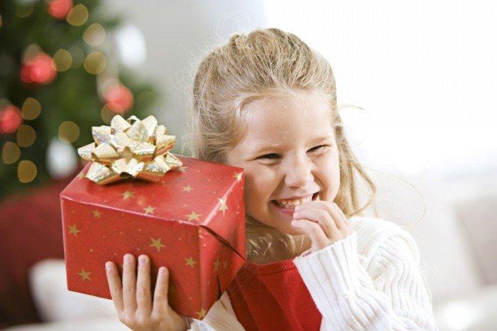 девочка и подарок, как узнать, какой подарок ребенок хочет на новый год
