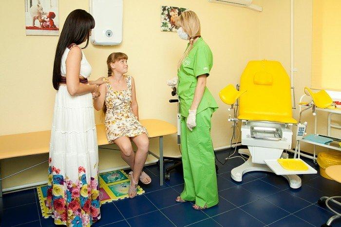 девочка на приеме у гинеколога, когда стоит посетить врача