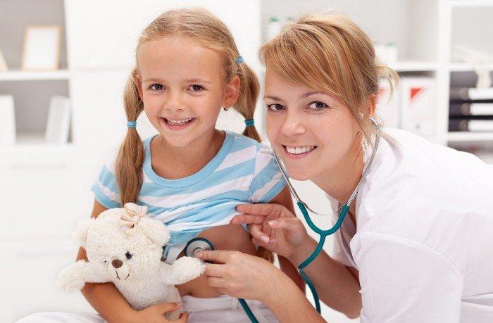 девочка у врача, выявление причины возникновения отеков под глазами