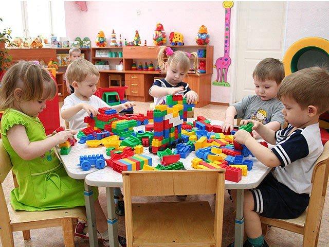 дети играют в садике, список прививок для детского садика