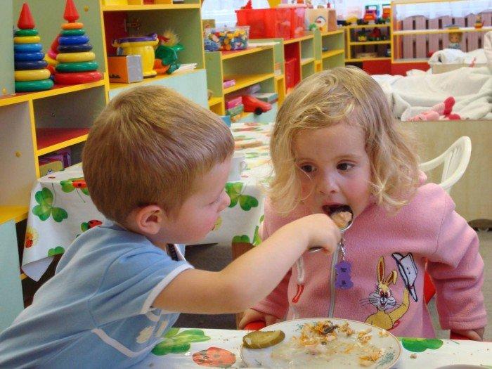 дети кормят друг друга в садике, как помочь ребенку адаптироваться к еде в садике