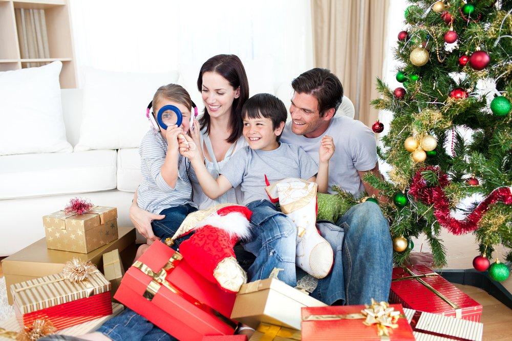 дети раскрывают подарки, новогодние сюрпризы для малышей
