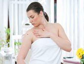 женщина изучает родинку, развитие меланомы