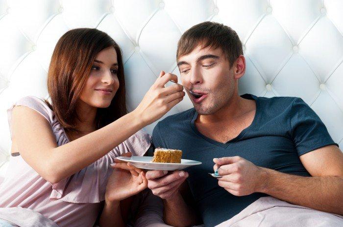 женщина кормит мужчину, еда для мужчины