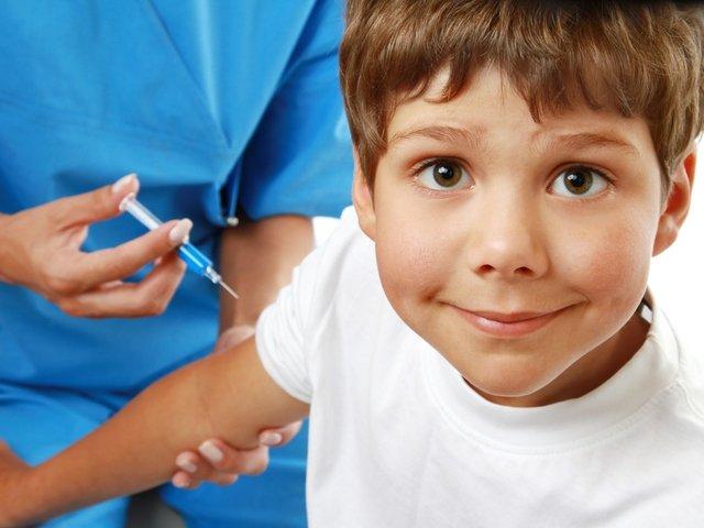 мальчику делают прививку от гриппа, что необходимо знать о вакцинации против гриппа
