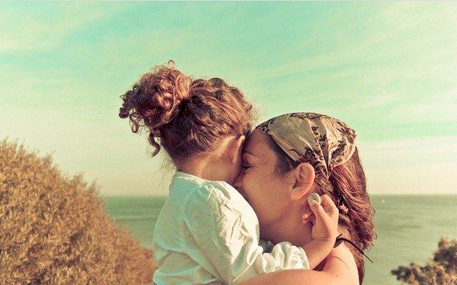 мама и дочка, крепкая и чрезмерная любовь к ребенку