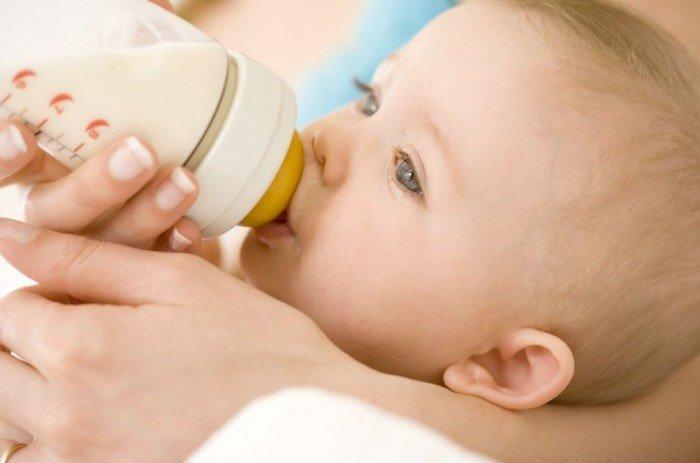 мама кормит малыша из бутылочки, правила кормления малыша при гепатите С у женщины