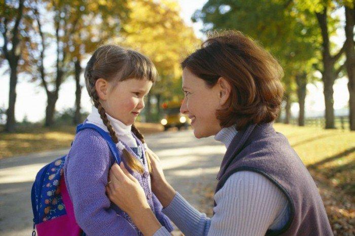 мама провожает дочку в школу, школьные баллы