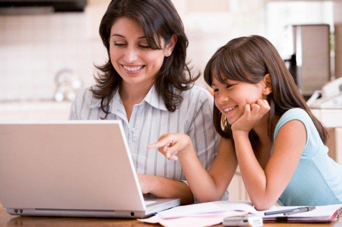 мама учит дочку пользоваться социальными сетями, программы защиты ребенка в интернете