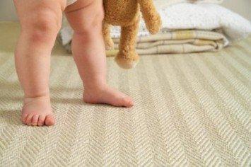 ножки малыша, ребенок ходит на цыпочках