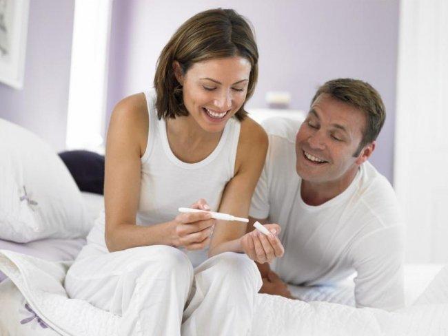 пара радуется беременности, аргументы настраивающие на беременность