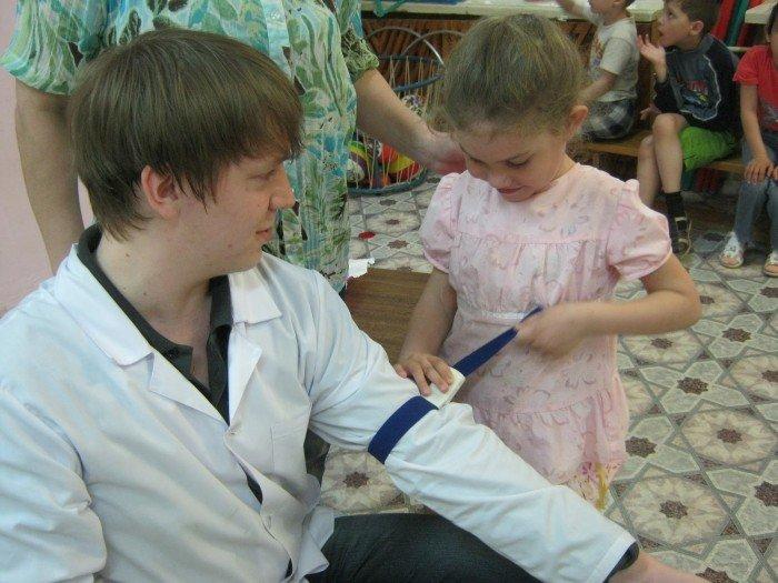 ребенок учится оказывать помощь, первая медицинская помощь
